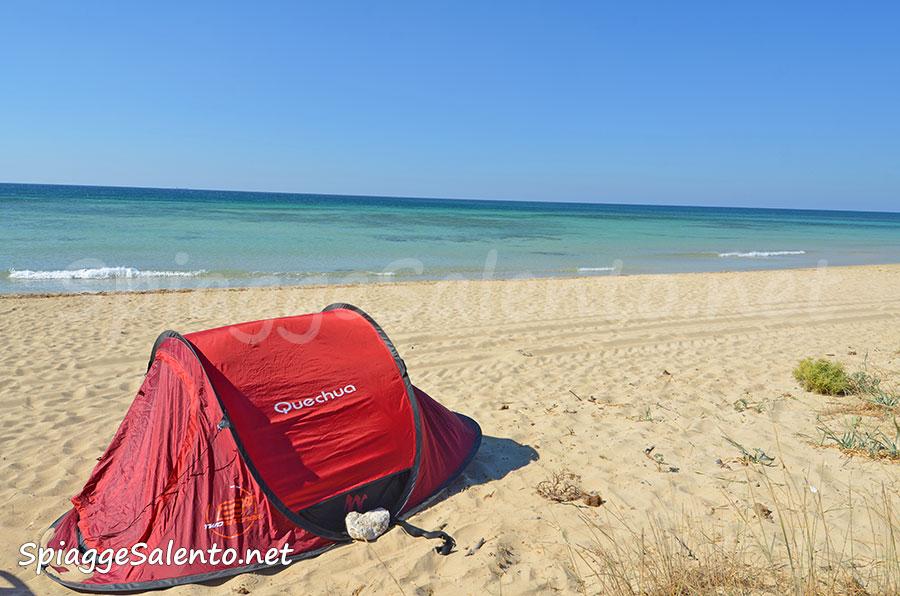 Tende da campeggio sulla spiaggia del Salento